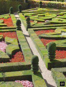 Art topiare des ifs, composés d'un cube surmonté de 3 couronnes et d'un dôme